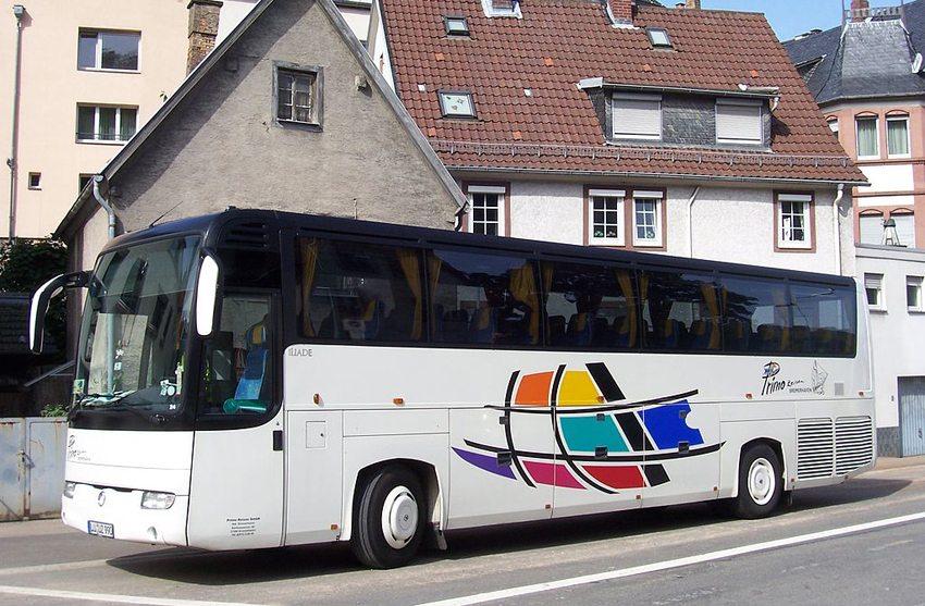 Reisebus in Weinheim (Bild: Martin Hawlisch, Wikimedia, CC)