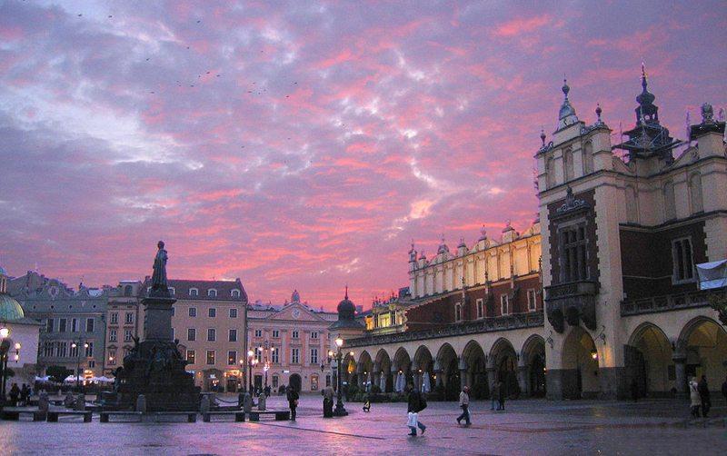 Der zentrale Marktplatz in der Altstadt Krakaus (Bild: Diether, Wikimedia, CC)