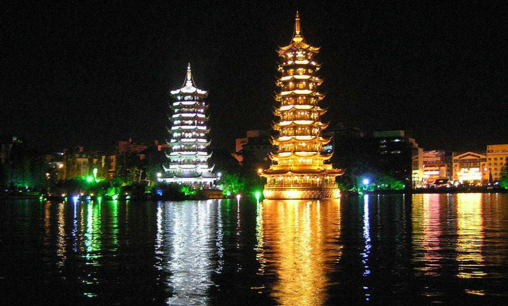 Pagoden auf dem Shanhu-See bei Nacht (Bild: Mr. Tickle, Wikimedia, CC)