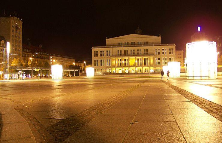 Augustusplatz in Leipzig bei Nacht (Bild: Johannes Kazah, Wikimedia, CC)