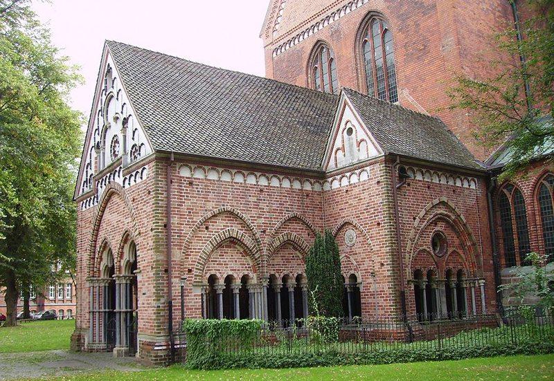 Die Paradies-Vorhalle an der Nordseite des Doms von Lübeck (Bild: Garitzko, Wikimedia)