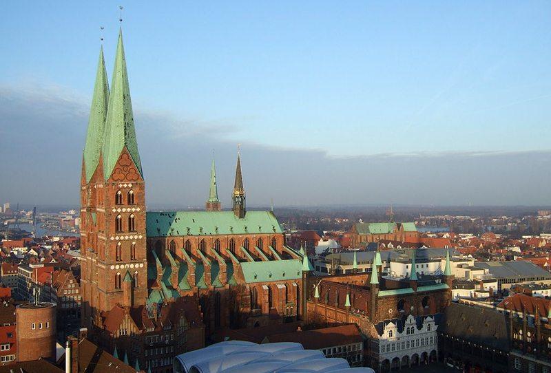 Marienkirche Lübeck mit Rathaus rechts (Bild: Aiwok, Wikimedia, CC)