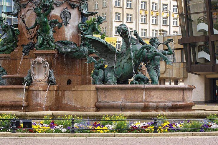 Mendebrunnen vor dem Gewandhaus in Leipzig (Bild: Appaloosa, Wikimedia, CC)
