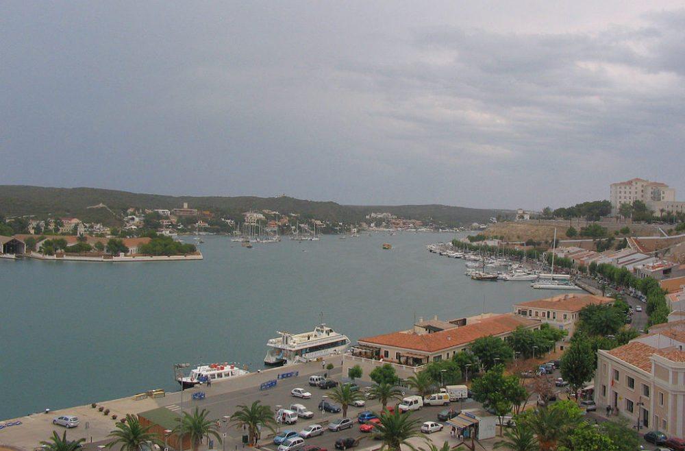 Hafen von Maó, Menorca (Bild: Mac9, Wikimedia, CC)