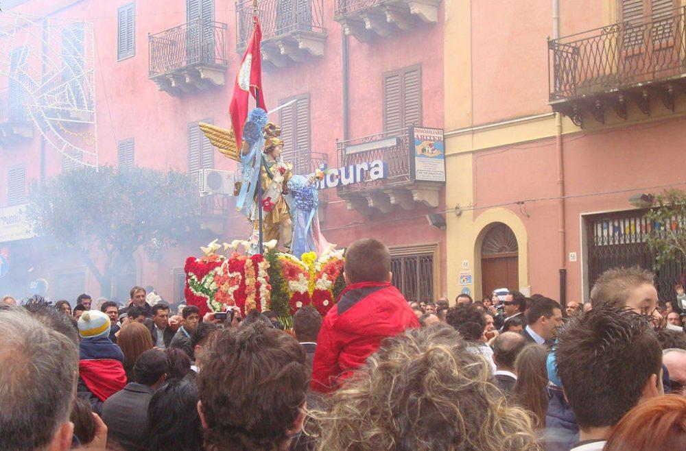 Italienische Ostern-Prozession mit der St. Michaels Statue (Bild: Figiu, Wikimedia, CC)