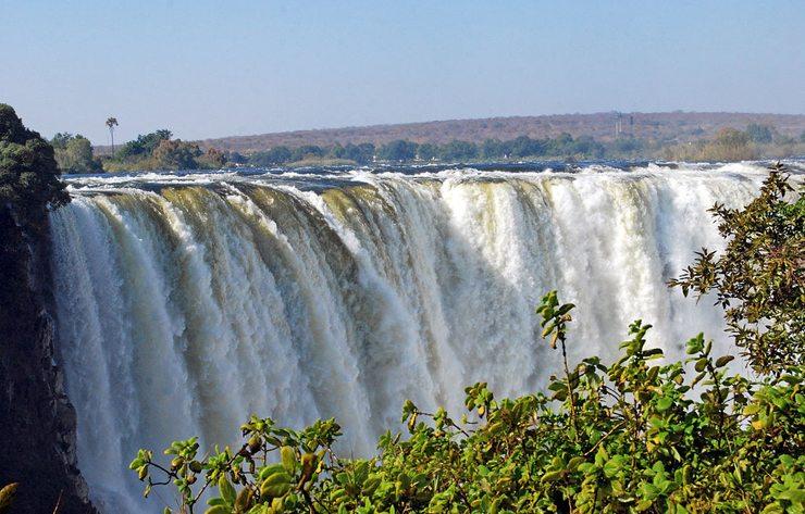 Die berühmten Victoria-Wasserfälle gehören zu eindrucksvollsten Naturschauspielen ganz Afrikas (Bild: Harvey Barrison, Wikimedia, CC)