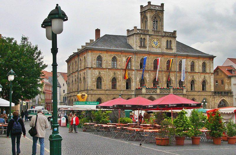 Marktplatz und Rathaus in Weimar (Bild: Nikater, Wikimedia, CC)
