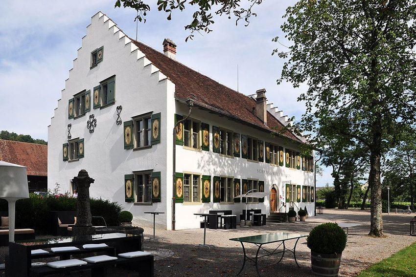 Schloss Wülflingen mit Waschhaus und Scheune in Winterthur (Bild: Roland zh, WIkimedia, CC)