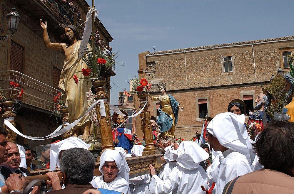 Prozession während der Karwoche auf Sizilien (Bild: Morgantia07, Wikimedia)