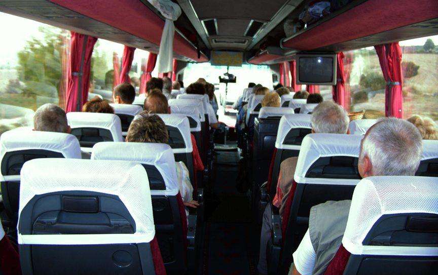 Reisegruppe im Bus (Bild: S.Flint  / pixelio.de)