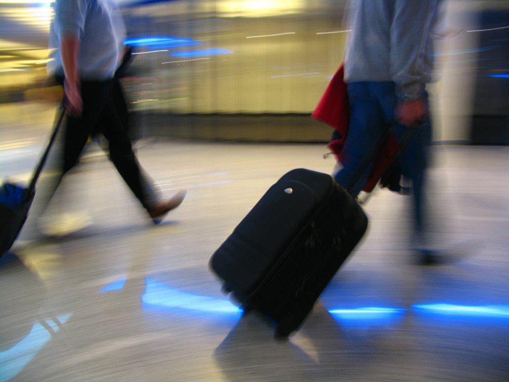 Mit Handgepäck reist es sich schneller (Bild: RainerSturm / pixelio.de)
