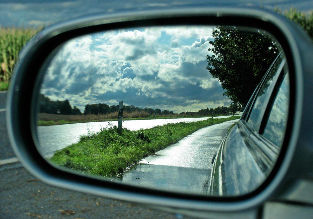 Mit dem Mietauto die Reise individuell gestalten (Bild: Helga Schmadel  / pixelio.de)