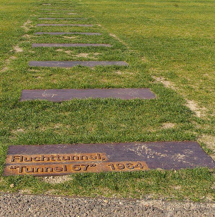 Markierung des Fluchttunnels 57 in der Bernauer Strasse (Bild: N-Lange.de, Wikimedia, CC)