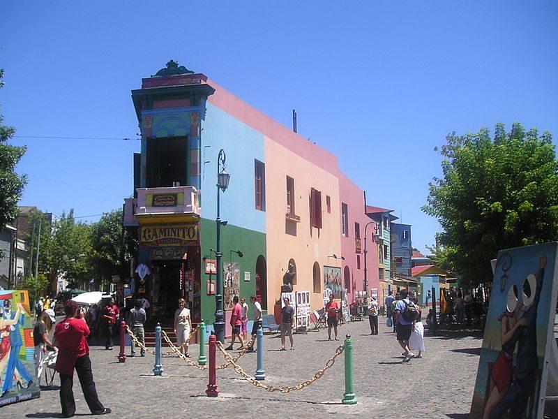 Farbenfroher Kontrast zum Stadtzentrum: Künstlerviertel La Boca (Bild: Humawaka / Wikimedia / CC)