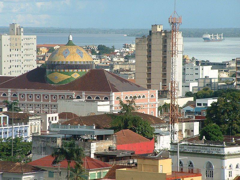 Teatro Amazonas mit dem Rio Negro im Hintergrund (Bild: Pontanegra / Wikimedia / CC)