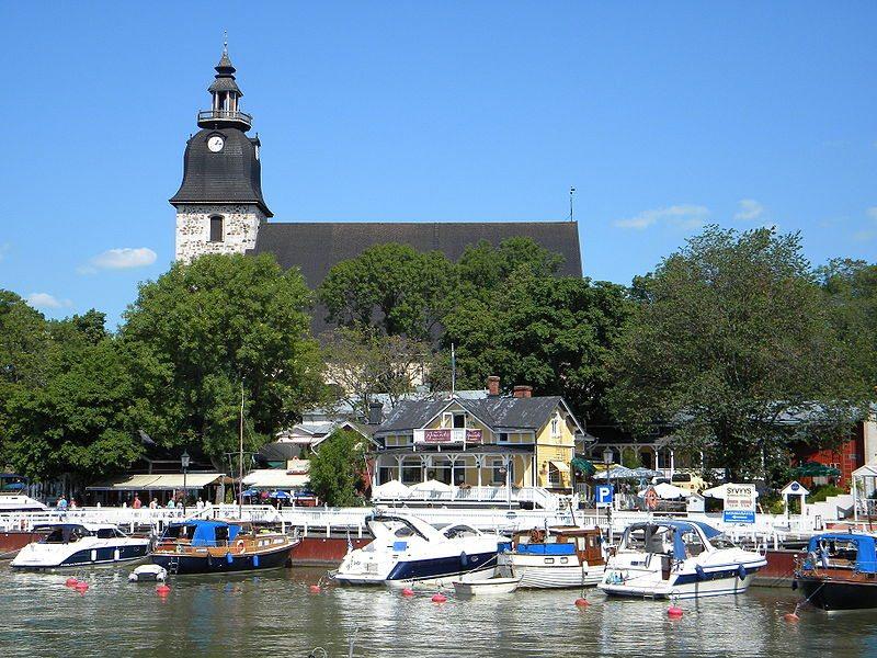 Stadthafen und Kirche von Naantali (Bild: Pöllö / Wikimedia / CC)