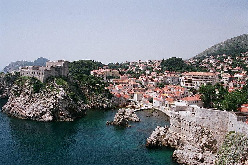 Alter Hafen mit der Festung Lovrijenac (Bild: Raime / Wikimedia / CC)