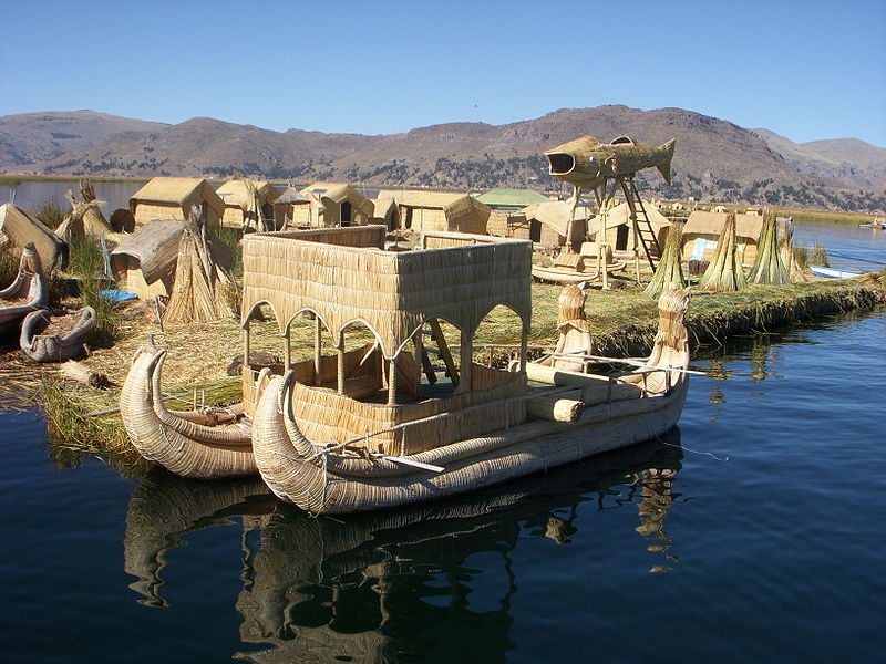 Schwimmende Inseln auf dem Titicacasee (Bild: Jpduchesneau / Wikimedia / public domain)