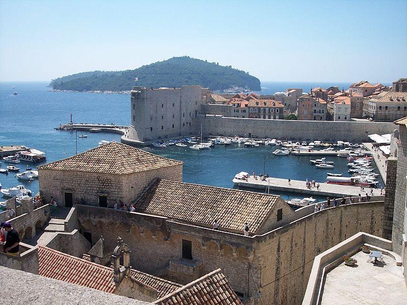 Auf den Stadtmauern von Dubrovnik (Bild: László Szalai / Wikimedia / public domain)