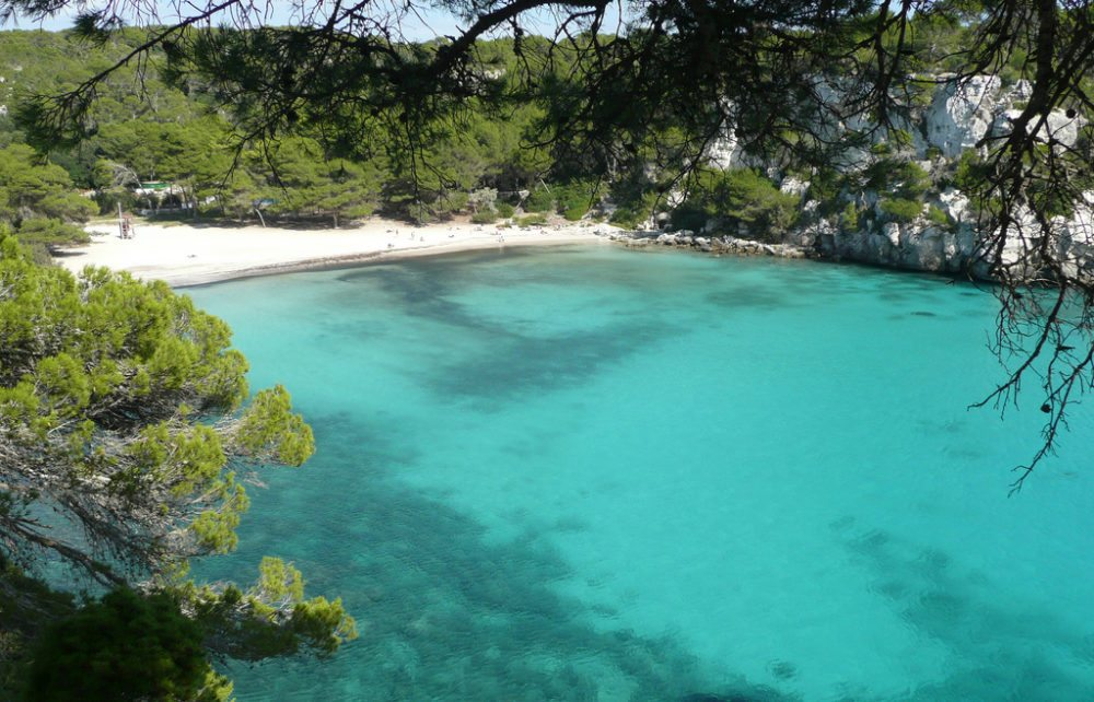 Cala Macarella auf Menorca (Bild: Paul Stephenson, Wikimedia, CC)