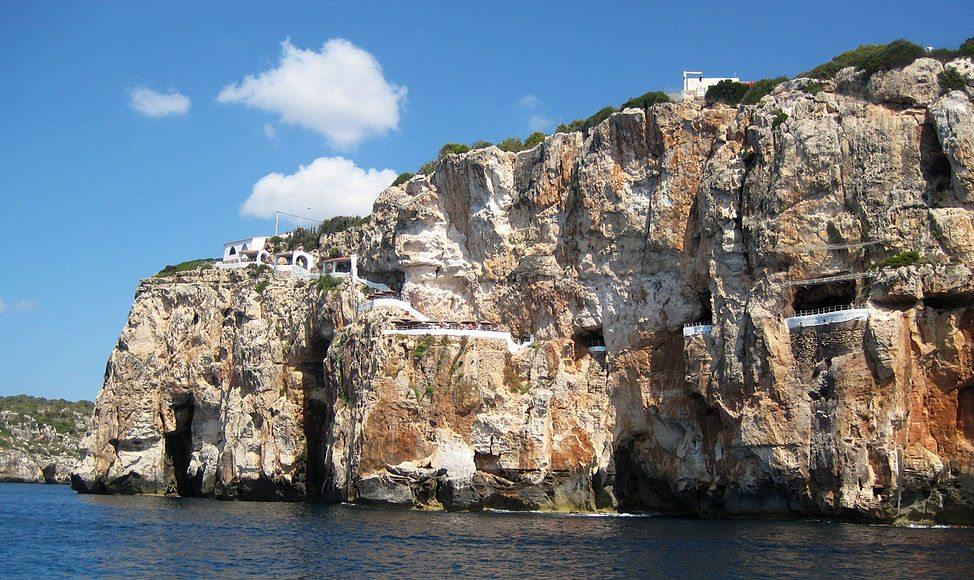 Feiluftdiscothek Cova d'en Xoroi auf Menorca (Bild: inorKan, Wikimedia, CC)