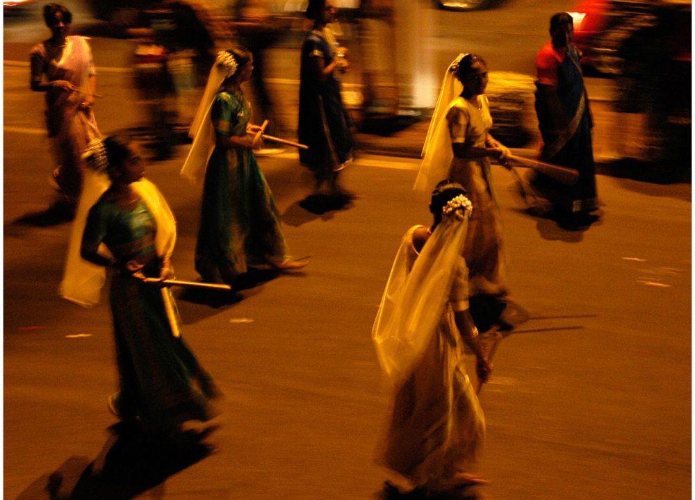 Tänzerinnen bei Festival Dipavali auf La Réunion (Bild: tirados joselito, Wikimedia, CC)