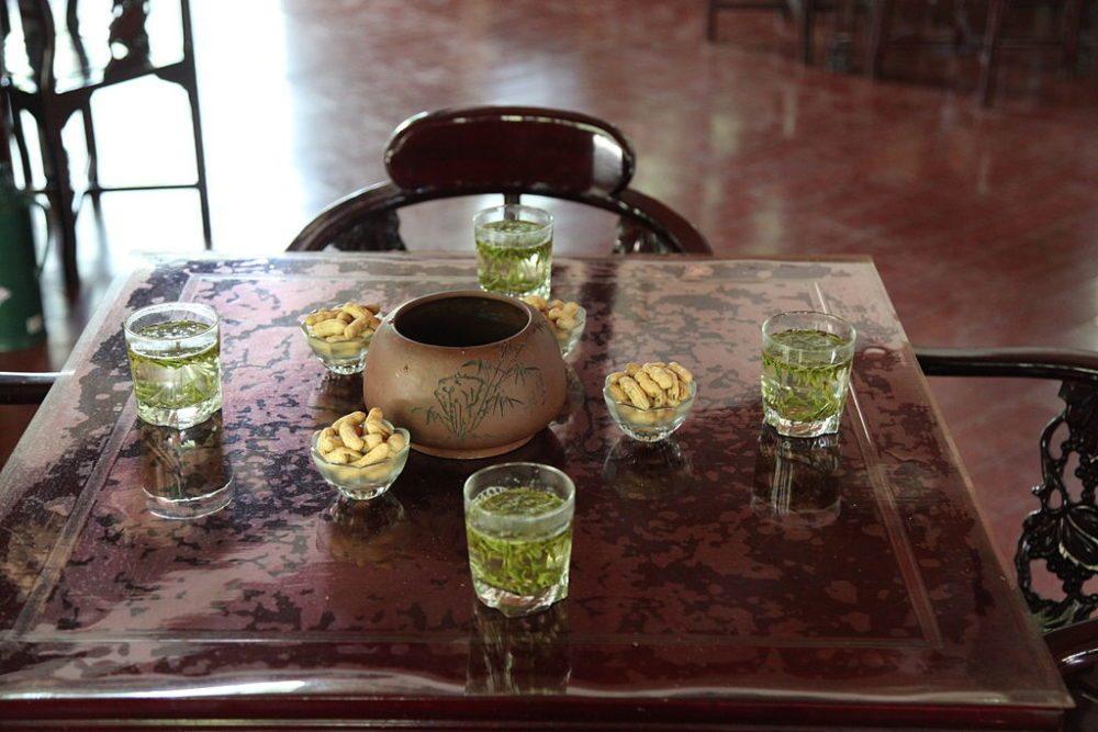 Dragon Well Tee in einem Teehaus von Hangzhou (Bild: Hans A. Rosbach, Wikimedia, CC)