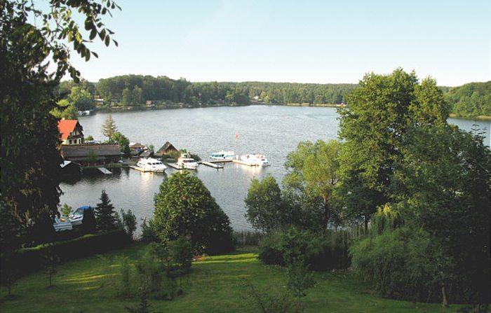 Der Schwarze See bei Flecken Zechlin nahe Rheinsberg in Brandenburg (Bild: Saxo, Wikimedia)