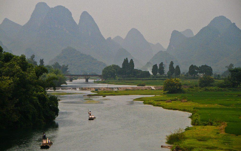 Auf dem Fluss Yulong (Bild: Jack Hynes, Wikimedia, CC)