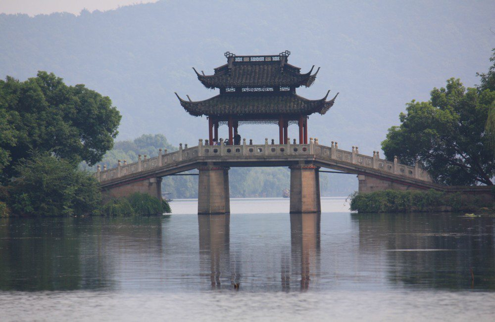 Brücke am Westsee in Hangzhou (Bild: J. Patrick Fischer, Wikimedia, CC)
