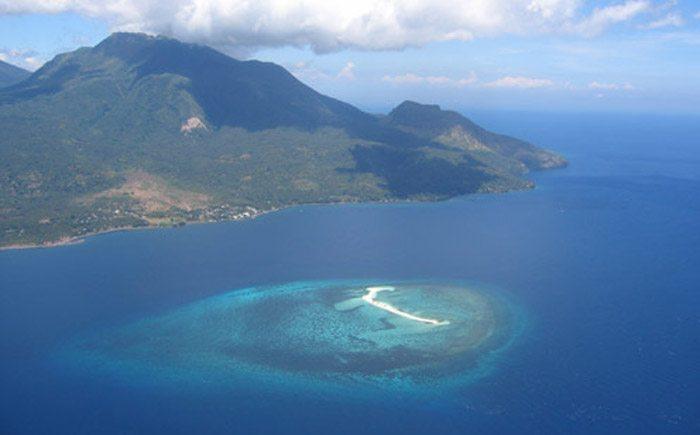 Vulkan Hibok-Hibok mit White Island, Mindanao, Philippinen (Bild: Klaus Polak, Wikimedia, CC)