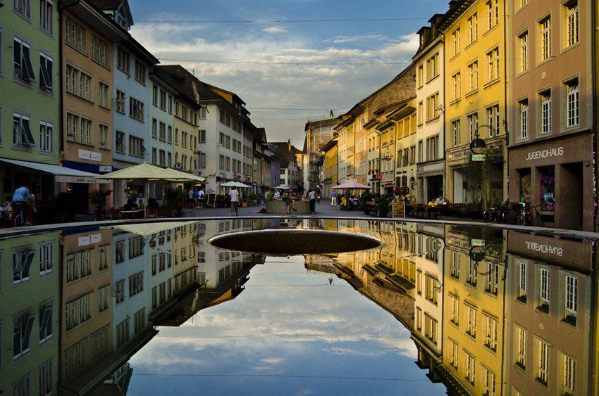 Spiegelung der Steinberggasse in einem der drei Judd-Brunnen in Winterthur (Bild: Andi Gentsch, Wikimedia, CC)