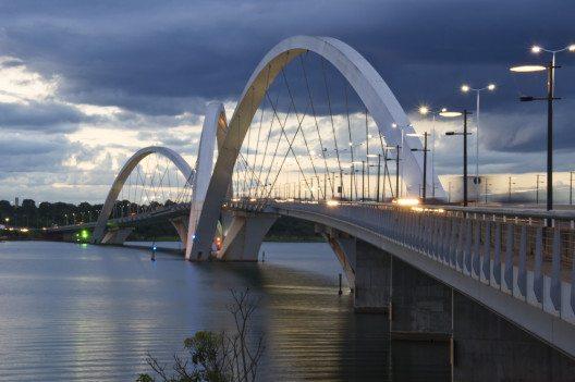 Die Juscelino-Kubitschek-Brücke führt über den Paranoá-See (Bild: © InkaOne - shutterstock.com)
