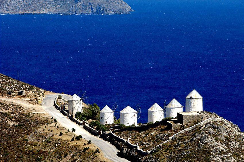 Windmühlen auf der Insel Leros (Bild: Orf3us, Wikimedia, CC)