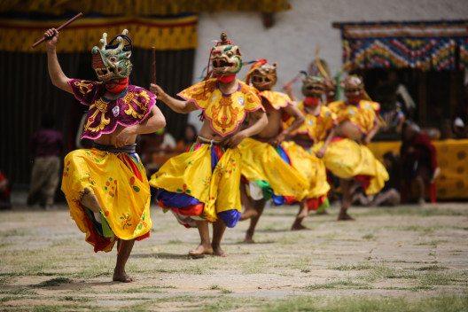 Bei einer Reise durch Bhutan werden Sie schnell feststellen, dass die Bewohner unglaublich stolz auf ihre Heimat sind. (Bild: © Dylan Haskin - shutterstock.com)