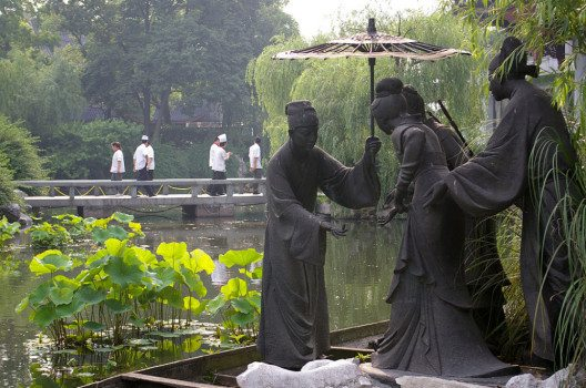 Park in der Nähe vom Westsee in Hangzhou (Bild: Jakub Hałun, Wikimedia, CC)