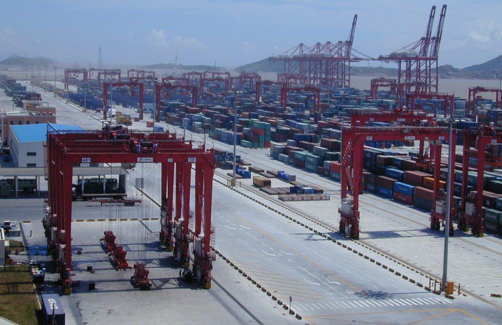Hafen von Shanghai (Bild: Alex Needham, Wikimedia)