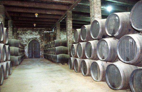Sherry-Fässer in einer traditionellen Bodega (Bild: Falkue / Wikimedia / CC)