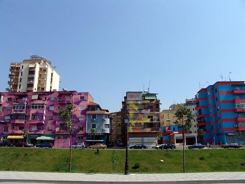 Neugestaltete Plattenbauten in Tirana (Bild: The Central Intelligence Agency / Wikimedia / public domain)