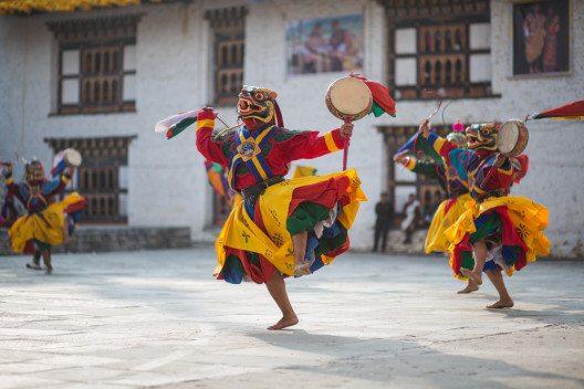 Bhutanische Feste Tshechu, die je nach Ort zwischen drei und fünf Tagen dauern, sind auch der Anlass für religiöse Tänze, deren Inhalt und Form genau festgelegt sind. (Bild: © SylvainB - shutterstock.com)