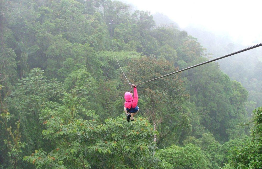 Canopy-Tour in Costa Rica (Bild: Khaufle, Wikimedia, GNU)