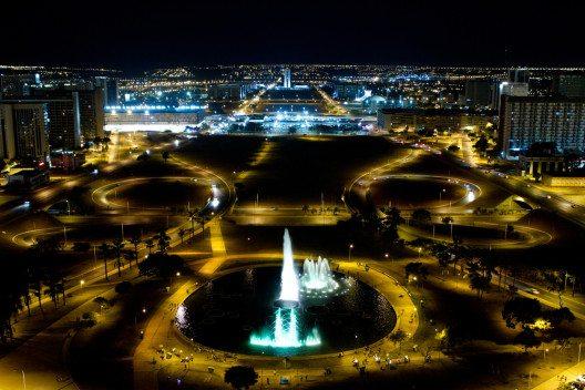 Brasilia in der Nacht (Bild: © Adriano Kirihara - shutterstock.com)
