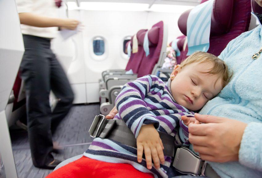Bei den Flugzeiten orientieren Sie sich am Schlafrhythmus Ihres Babys. (Bild: Igor Stepovik / Shutterstock.com)