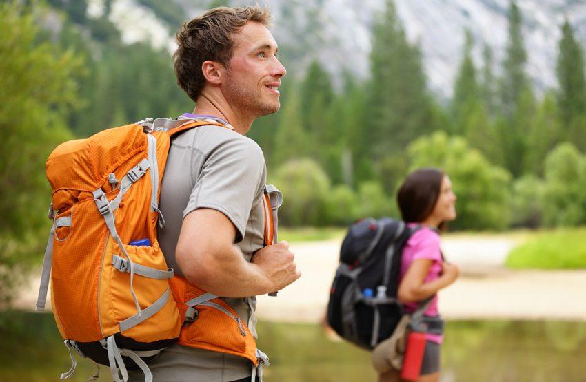 Ein sogenannter Trekkingrucksack findet sich im Fachhandel für Campingartikel (Bild: Maridav / Shutterstock.com)