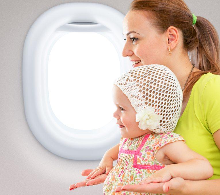 Flugreise mit dem Baby muss gut vorbereitet sein (Bild: Andrey_Kuzmin / Shutterstock.com)
