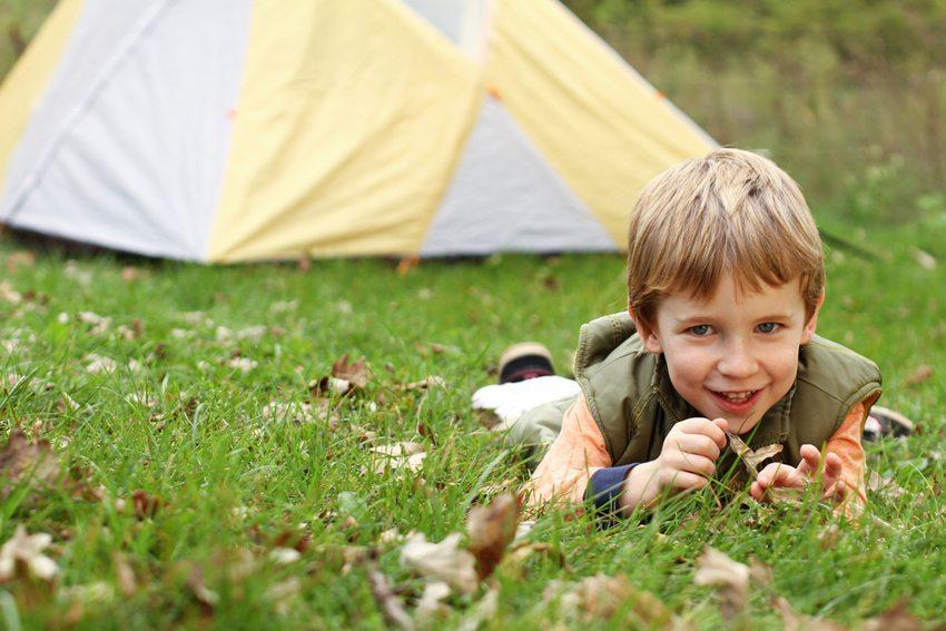 Camping mit den Kids - bei keiner anderen Ferienform sind Sie so nahe an der Natur (Bild: Ahturner / Shutterstock.com)