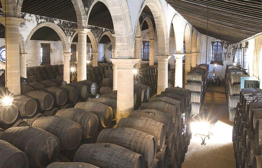 Weinkeller in Jerez de la Frontera (Bild: Caballero 1830, Wikimedia, CC)