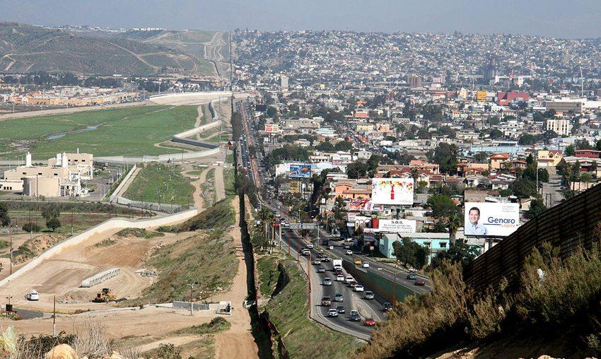 Ein kleiner Zaun trennt das dicht bevölkerte Tijuana in Mexiko von den USA in der Region um San Diego. (Bild: Sgt. 1st Class Gordon Hyde, Wikimedia)