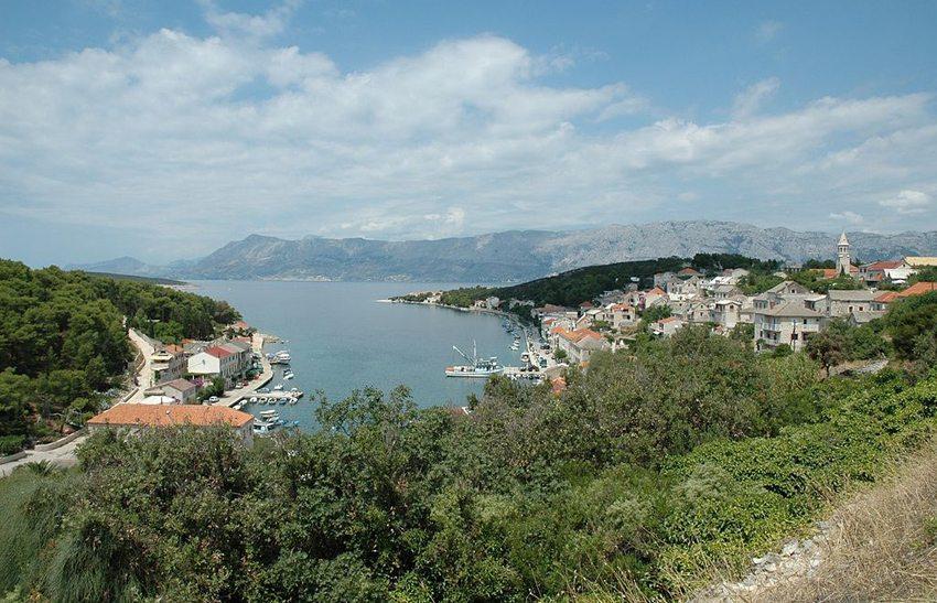Blick auf von Povlja auf der Nordseite der Insel Brac (Bild: Wolfgang Hunscher, Wikimedia, CC)