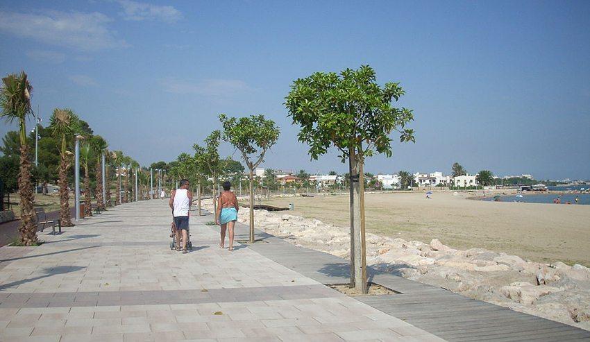 Der Strand von Cambrils (Bild: Fausto50, Wikimedia, CC)